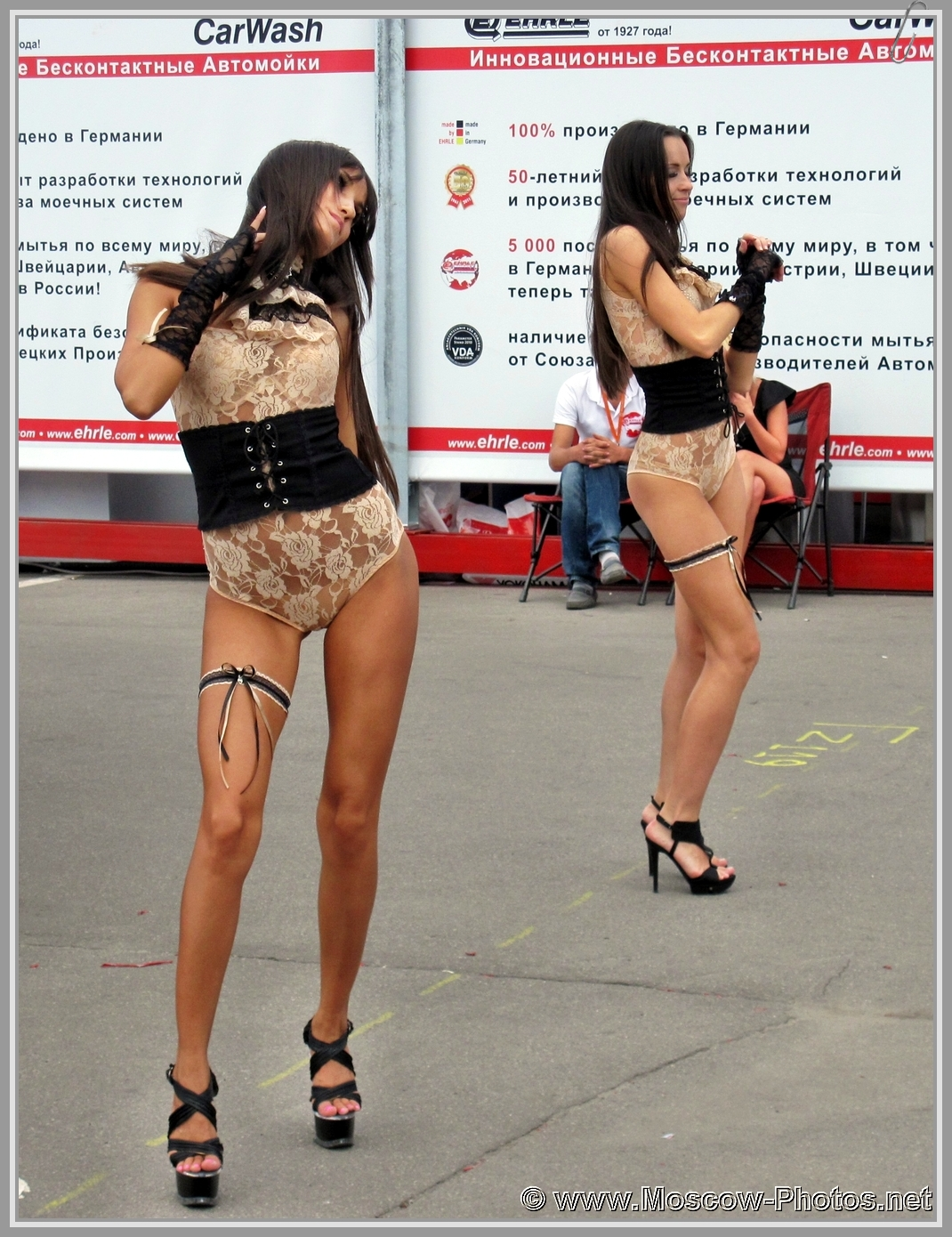 Dancing girls on the street of Moscow
