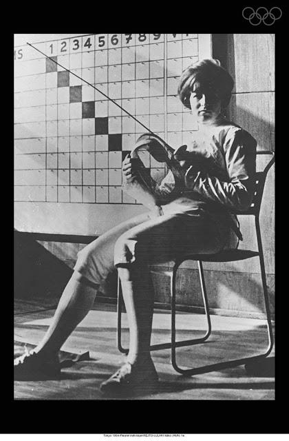 Imagen de la joven esgrimista sorda Ildikó en las Olimpiadas de Tokio de 1964