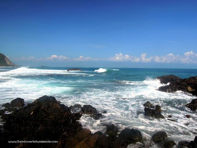 Huge waves in Diguisit Bay in Baler