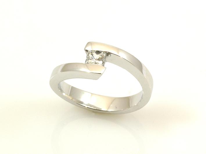 bdb80ae0f238 Estos días nos traíamos entre manos esta sortija de compromiso de oro  blanco y diamante en talla princesa.