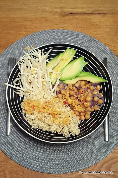 Bowl mit Kichererbsen, Mienudeln, Avocado und Sojabohnensprossen