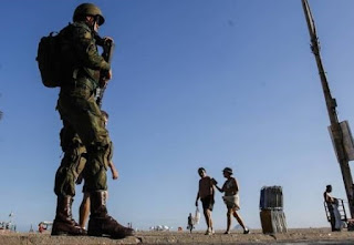 Pezão pede a permanência do Exército no Rio até o fim do carnaval