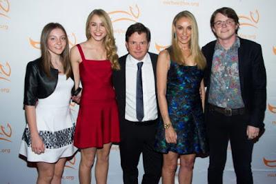 El actor con su esposa y tres de sus cuatro hijos. Esme Fox y Aquinnah Fox, a su izquierda, y Tracy Pollan y Sam Michael Fox a su derecha (2014)
