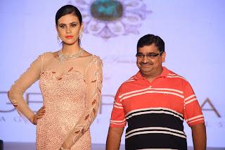 nivedita with jewellary designer at jas 2016 winter edition