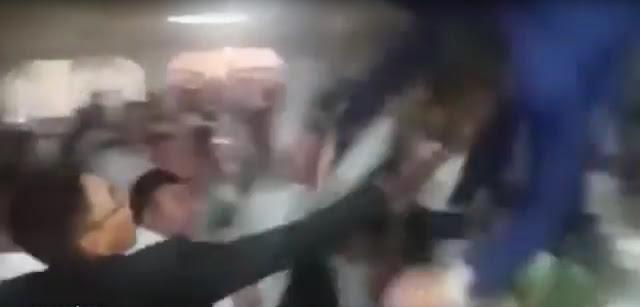 سقوط مؤلم للعريس أثناء قذفه في الهواء بواسطة أصدقائه