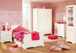 habitación en rosa y blanco niña
