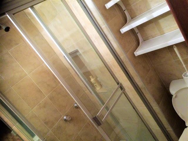 コロンビアのアパートのシャワー室の棚とトイレ