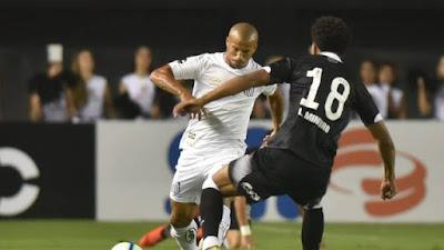 Carlos Sanchez em duelo com Lucas Mineiro. Santistas terminaram a partida melhor que os vascaínos. (Foto: Ivan Storti/Santos FC)