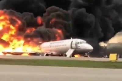Avião pega fogo em pouso de emergência e deixa 13 mortos
