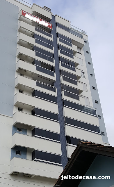 arquitetura-predial-moderna-fachada-esconde-aparelhos-de-ar-condicionado