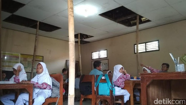Siswa SD di Kudus Ini Belajar di Bawah Atap yang Disangga Bambu