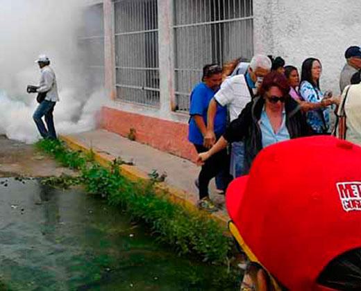Lanzan bomba lacrimógena en centro de validación de firmas en Macarao (+ Fotos)