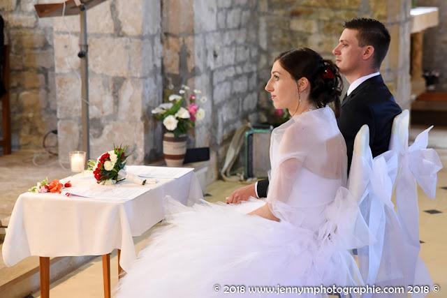 photo des mariés durant la cérémonie religieuse, mariage à l'église