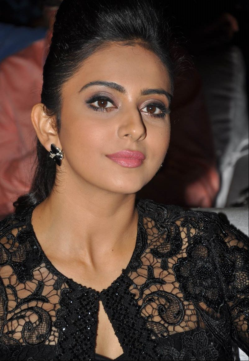 7 Rakul Preet Sizzling Photos in Black Dress