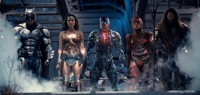 De izda a dcha: Batman, Wonder Woman, Cyborg, Flash y Aquaman, la Liga de la justicia casi al completo