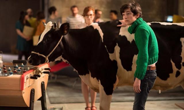 Reprise d'un excellent gag de Franquin : Gaston (Théo Fernandez) amenant une vache au bureau dans Gaston Lagaffe