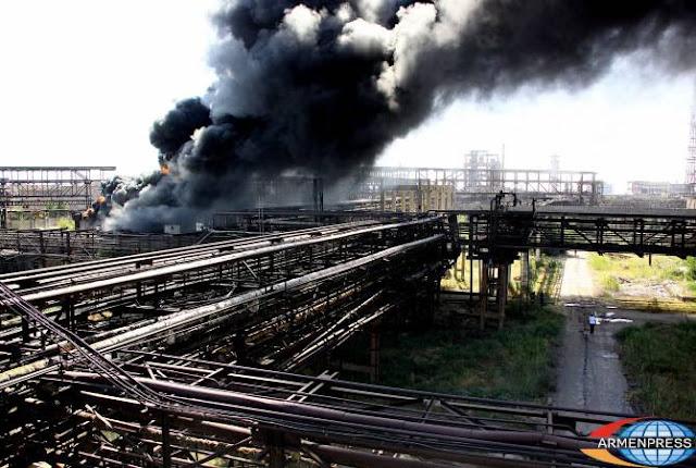 Siete equipos de bomberos contra incendios en la planta Nairit