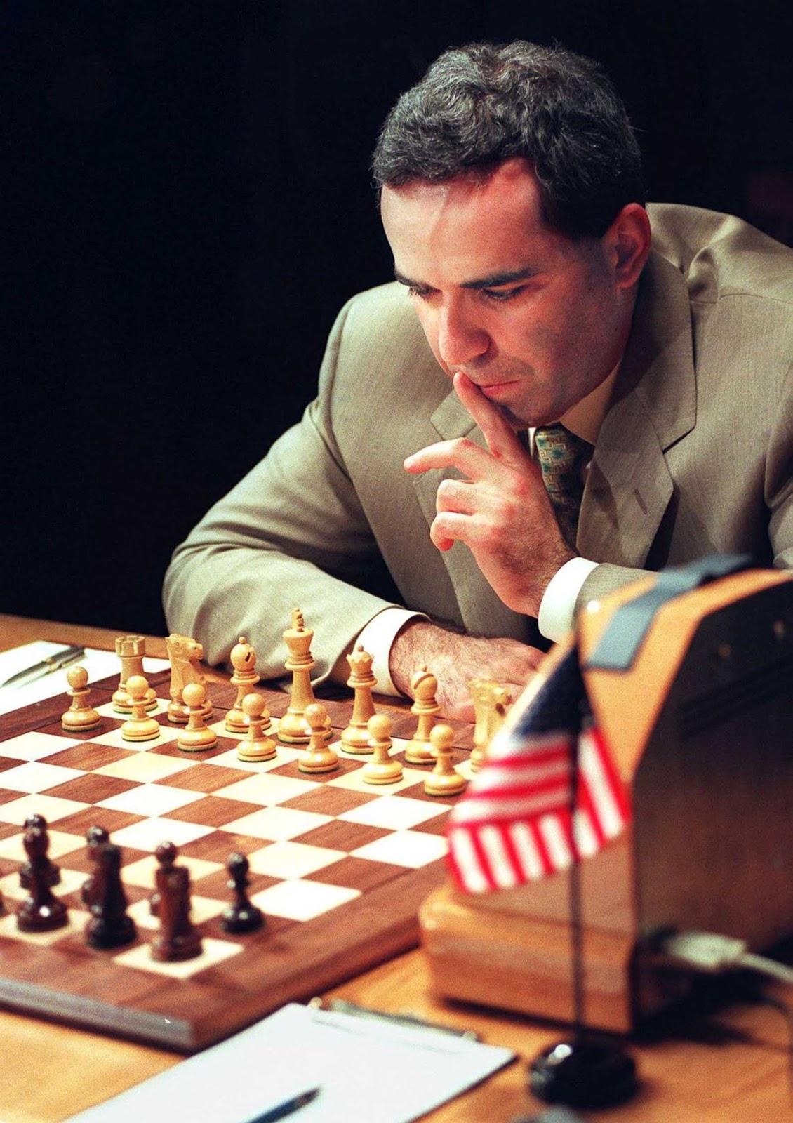 Kasparov contempla su movimiento de apertura en el Juego 1 de la revancha.