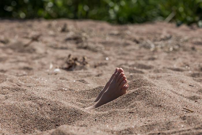 hiekkaan haudattu