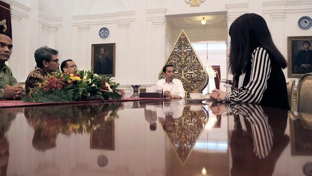 Foto bayangan Presiden Jokowi di kaca meja pertemuan berbeda dengan yang lainnya.