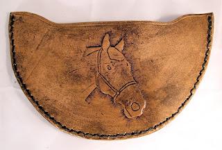 Etui pour couteau à pied demi-lune avec une tête de cheval