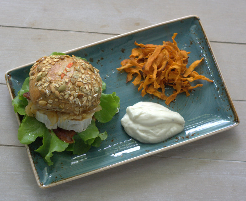 bushcooks kitchen ziegenk se burger mit s kartoffel chips und veganer mayonnaise better burger. Black Bedroom Furniture Sets. Home Design Ideas