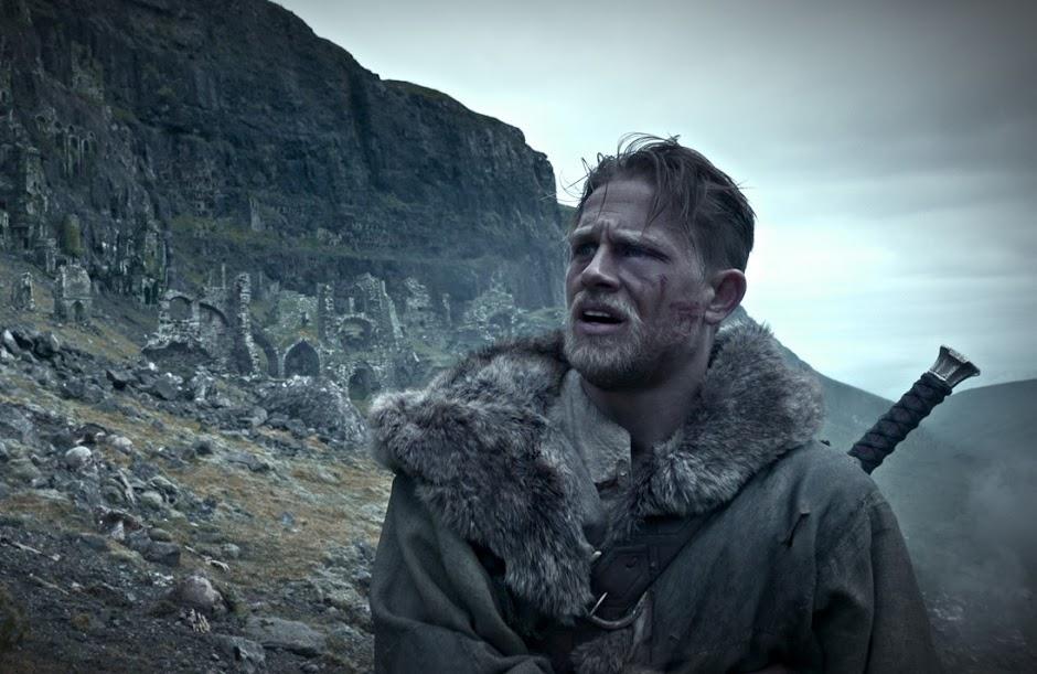 """Charlie Hunnam e Jude Law no embalado 2º trailer de """"Rei Arthur: A Lenda da Espada"""""""