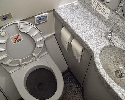 Contoh lain toilet di pesawat