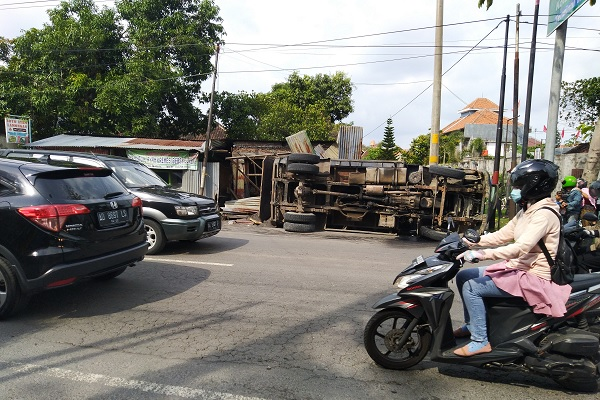 Truk Pasir Tabrak Motor dan Terguling Dekat Rumah Jokowi