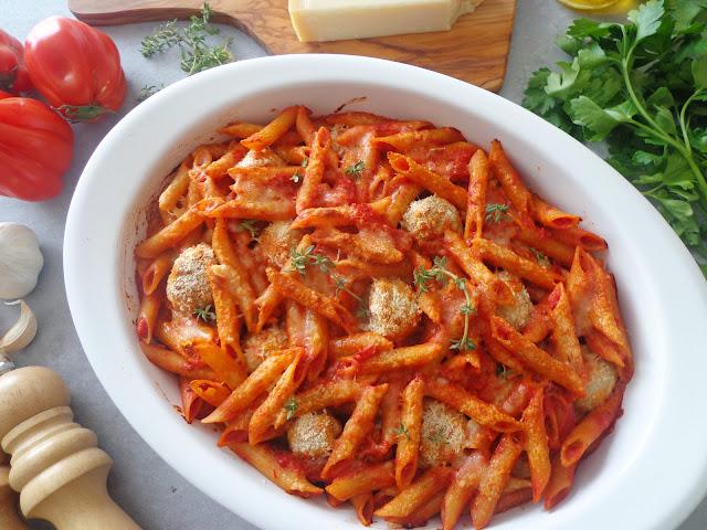 Makaronowa zapiekanka z pulpecikami z kurczaka (Sformato di pasta con polpettine di pollo)