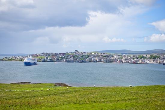 シェトランドの州都、ラーウィック。ブレッセイ島からの眺め。