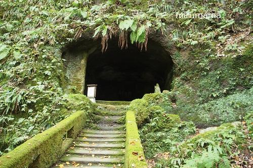 階段の上に洞窟