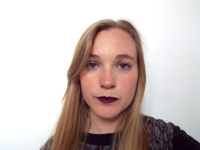Maquillage avec rouge à lèvres foncé