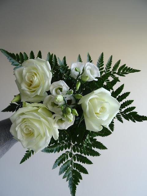 Pieni valkoinen kukkakimppu | Valkoisia ruusuja