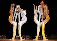 Bir sirk gösterisinde akrobasi yapan akrobatlar