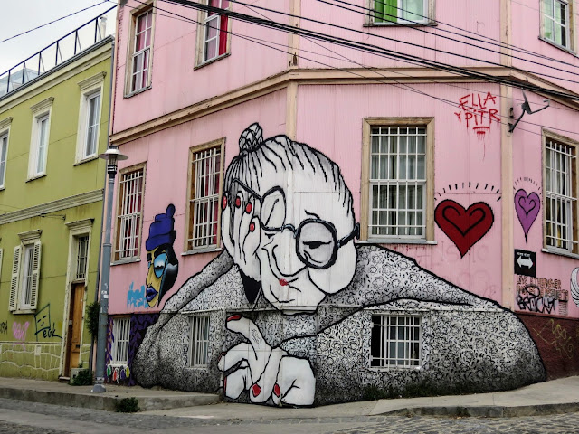 Valparaíso Street Art: Bored old woman with crooked glasses