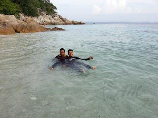 Pengalaman Ke Laut Kali Ke-3 di Kuala Besut Pengalaman turun ke laut untuk kali ke-3 kali ini AM turun di Kuala Besut. Sedikit berbeza kerana sebelum ini AM kongsikan pengalaman AM ke laut melalui Kuala Senak. Beberapa kali mendapat jemputan dan ajakan daripada rakan AM yang selalu ke laut melalui Kuala Besut ini. Akhirnya AM terjebak sama untuk mencuba pengalaman baru pula untuk memancing sekitar Pulau Perhentian Besar dan Pulau Perhentian Kecil. Untuk trip kali ini sebenar sudah beberapa kali di tunda kerana beberapa factor antara kami semua. Kadang-kadang ada juga kerana masa yang tidak sesuai dengan bot yang bakal membawa kami nanti. Pengalaman Ke Laut Kali Ke-3 di Kuala Besut Hari Kejadian Setelah beberapa kali tertunda dan hampir di batalkan, akhirnya dapat juga turun ke laut buat kali ke-3 buat AM. Memandangkan AM tinggal di Kota Bharu dan Kuala Besut pula di Terengganu. Perjalanan bermula seawall jam 4.00 pagi lagi dari rumah AM menuju ke Kuala Besut. Perjalanan kali ini di temani dengan 2 orang sahabat AM yang telah ke laut sebelum ini bersama AM. Baca juga Pengalaman Ke Laut Kali Ke-2 Perjalanan mengambil masa 1 jam 30 minit dan kami sempat solat subuh di Masjid Bukit Kluang, Kuala Besut. Selesai solat kami terus ke jeti di mana tuan bot sudah pun bersedia untuk membawa kami ke laut. Tepat jam 6.30 pagi kami memulakan perjalanan ke tempat memancing.