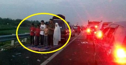Terjebak Macet Di Jalan Tol. Keluarga Ini Tetap Laksanakan Sholat Secara Berjamaah
