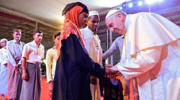 Papa Francisco llora en encuentro con rohingyas en Bangladesh