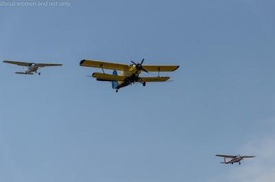 Avioane, uniforme vechi, acces liber in hangare.