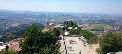 Vistas de la Ciudad de San Marino desde la torre de la Fortaleza de Guaita.
