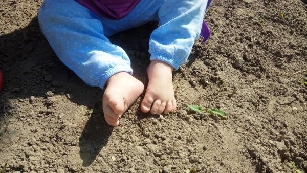 Integracja sensoryczna na podwórku, bose stopki w piasku