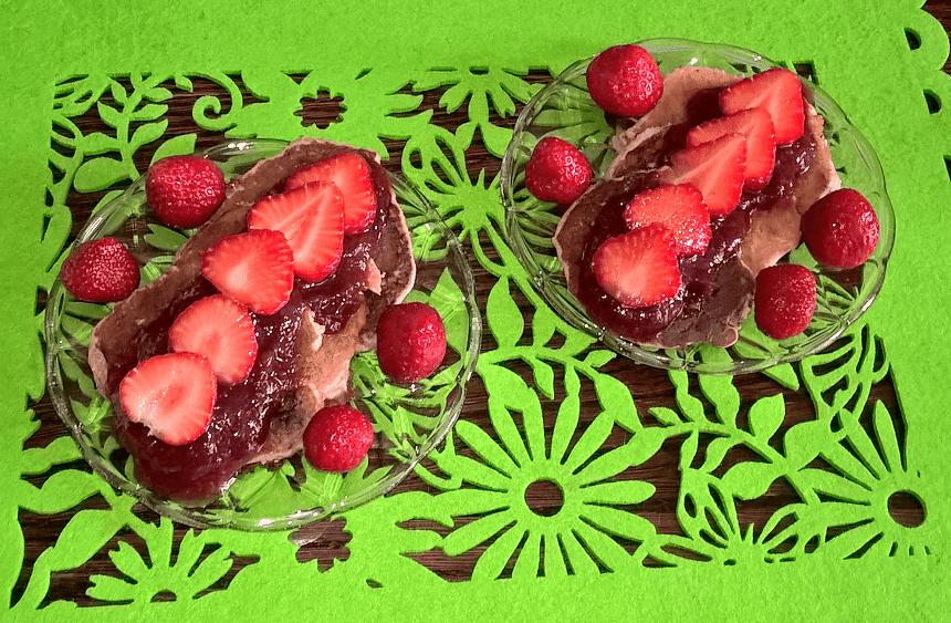 Jaglano-serowe placuszki z truskawkami