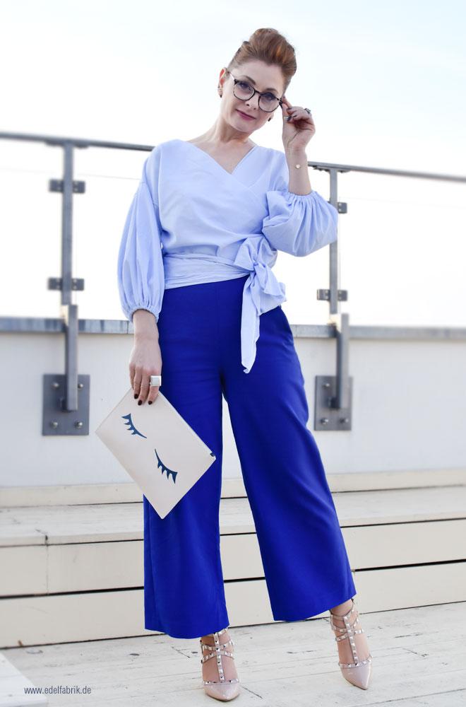 Hellblaue Bluse mit weiten Ärmeln und Schleife zum Binden