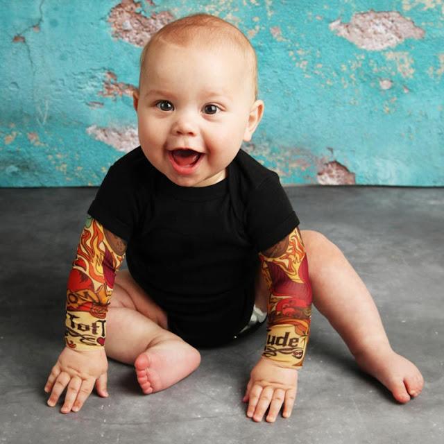 Belas camisetas dão um visual de tatuagens radicais para os bebês