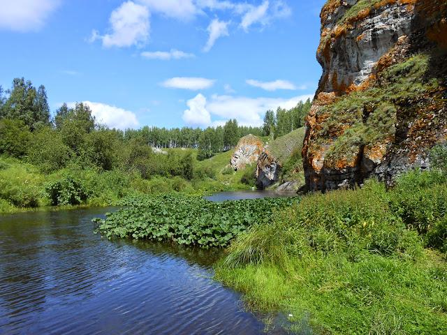 Скалы у реки Багаряк в окрестностях Зотинской пещеры
