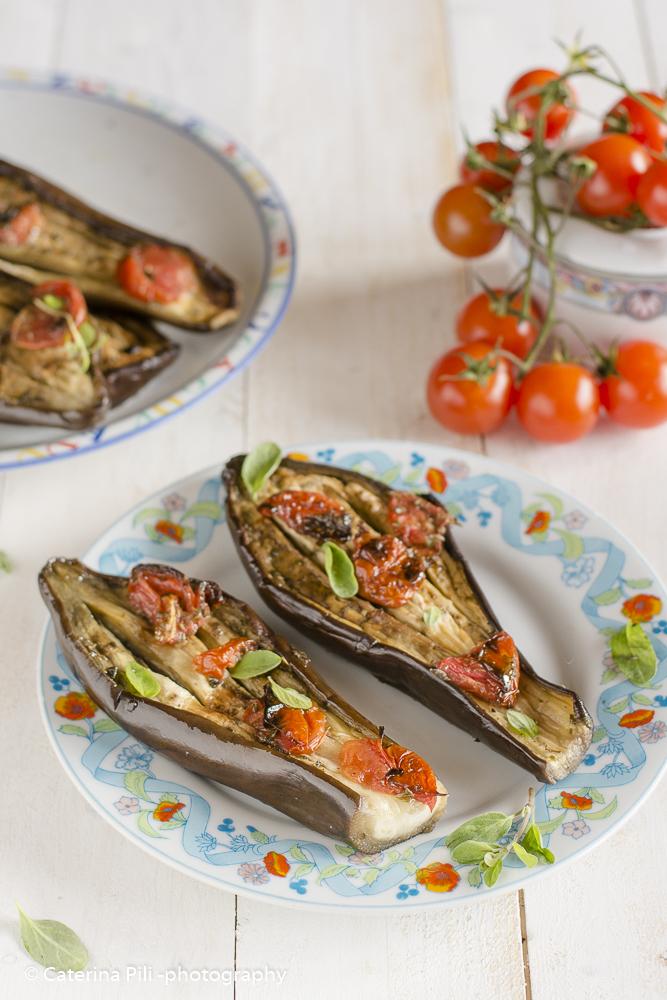 Melanzane leggere con pomodorini e origano fresco cotte al forno