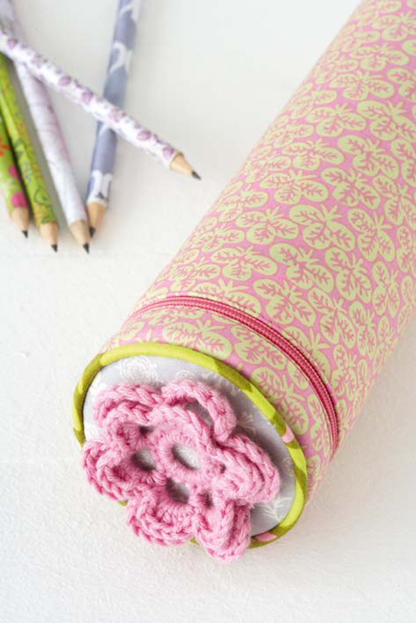 I am in love with pencil case by Ideas Magazine - This  is from a massive list of 16 Awesome Free Pencil Case Tutorials!