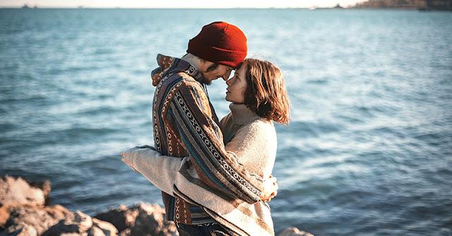 влюбена двойка на разходка край морето