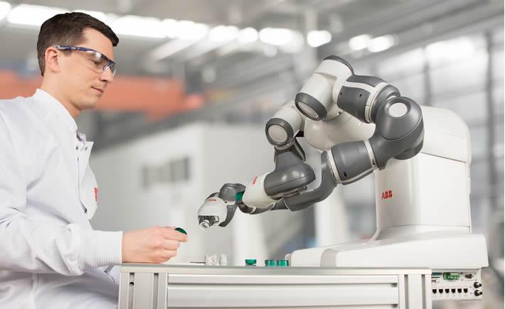 Los robots capaces de interactuar con humanos, como YuMi de ABB, reducirán la presencia de humanos en operaciones de ensamble y embalaje (Foto: ABB).